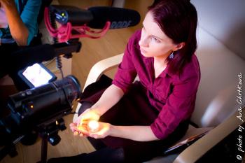 čarodějnice Anima Noira se svíčkou při natčení rituálu na semináři