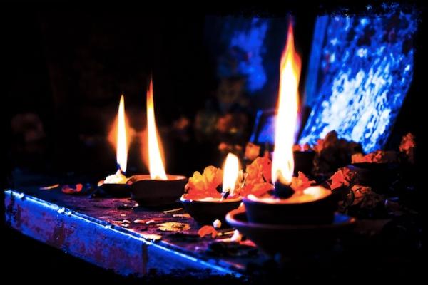 Hořící svíce a olejové lampy v den mrtvých