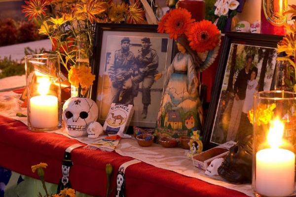 Oltář na den mrtvých odrážející mexický původ