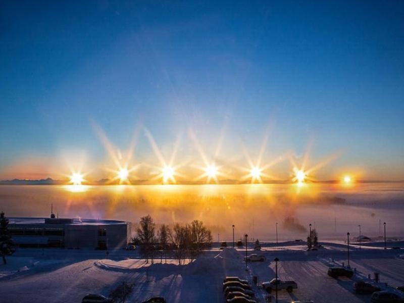 Východ Slunce o zimním slunovratu na Aljašce. Tou dobou je zde světlo jen čtyři hodiny denně.