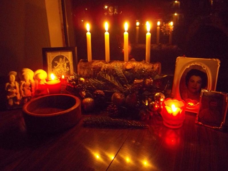 """Oltář na """"Matku všech nocí"""" s fotografiemi předků postavila čarodějnice německého původu z Appalačských hor"""
