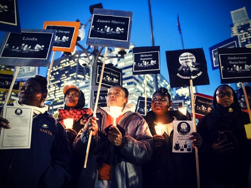 Pamětní shromáždění v americké Philadephii za umrzlé bezdomovce připomíná temnou stránku zimního slunovratu.