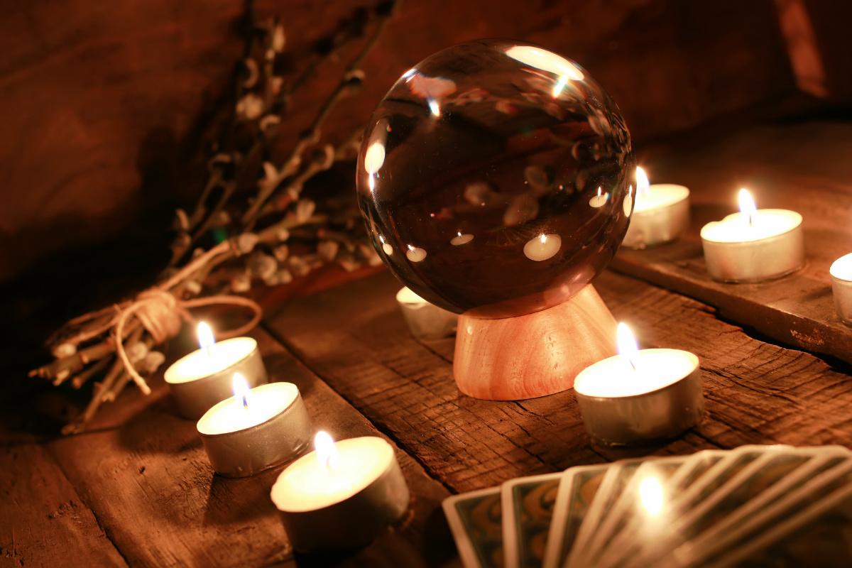 čarovná věštěcká koule, větvičky a karty
