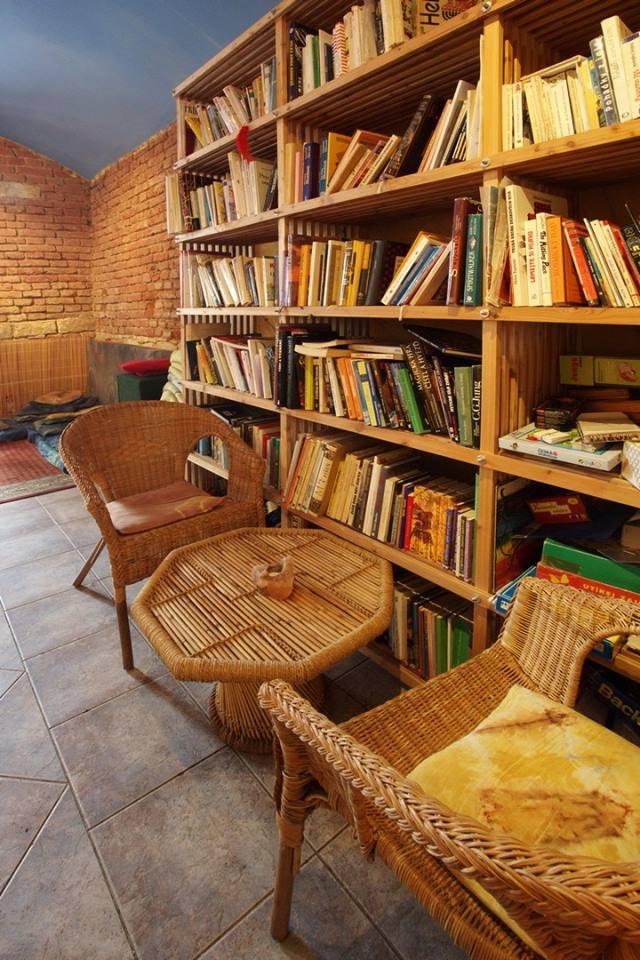 knihovna a hry pro návštěvníky čajovny Šamanka