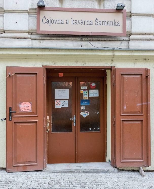 Výloha a štít pražské čajovny Šamanka v Hálkově ulici na Praze 2