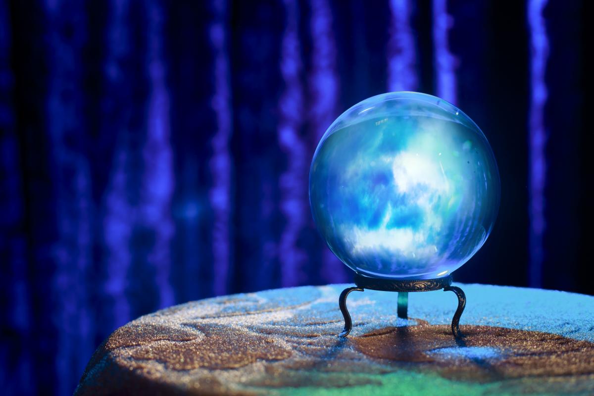 Mystická křišťálová koule na věštění