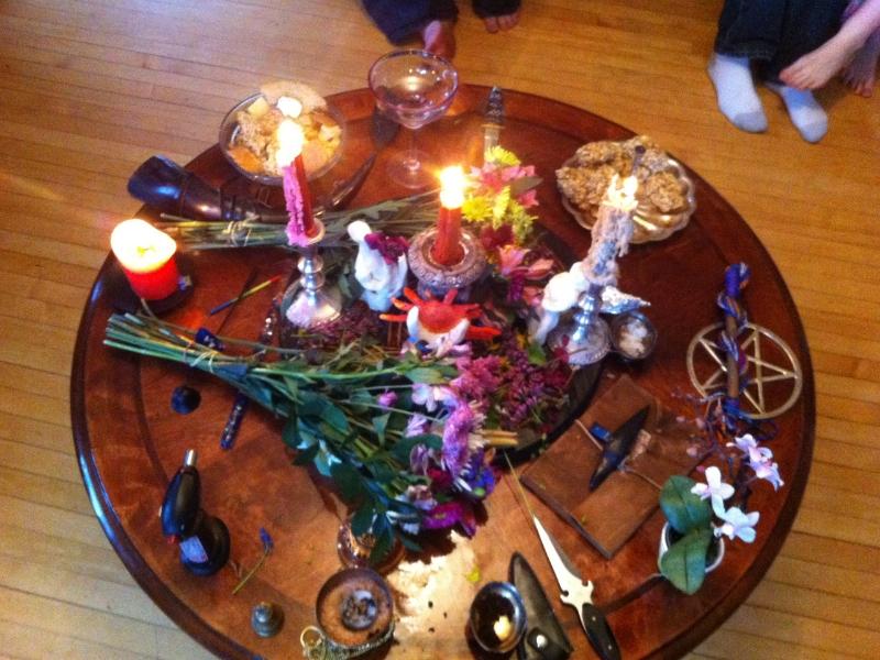 Domácí oltář k oslavě svátku Beltane v domácnosti moderní čarodějnice