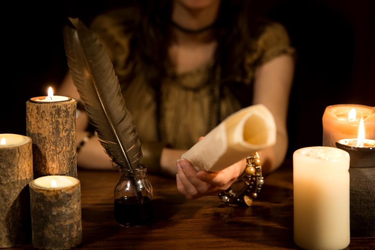 čarodějka věští a sesílá kouzla a pergamenem