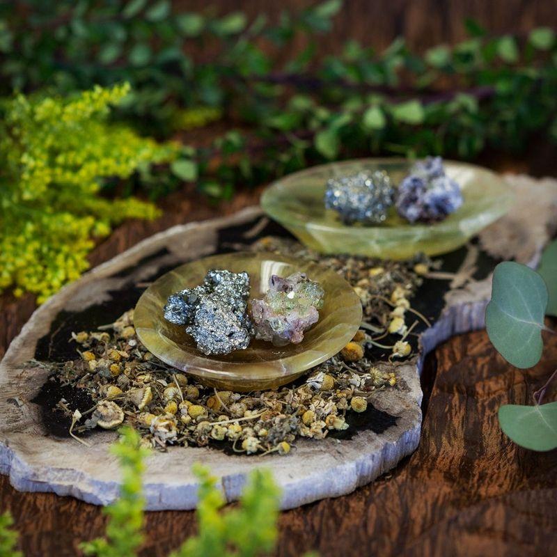 Oltář prosperity s drahými kameny a bylinami