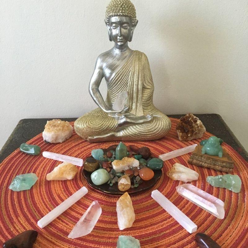 Domácí oltář na hojnost s drahokamy