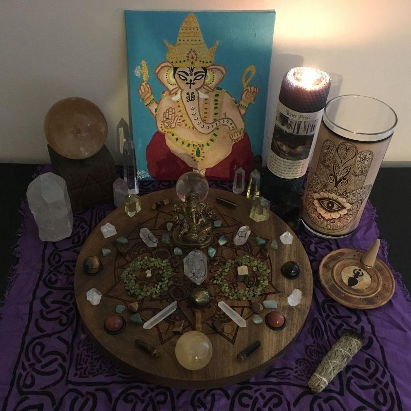 Oltář na prosperitu s božstvem a mnoha krystaly