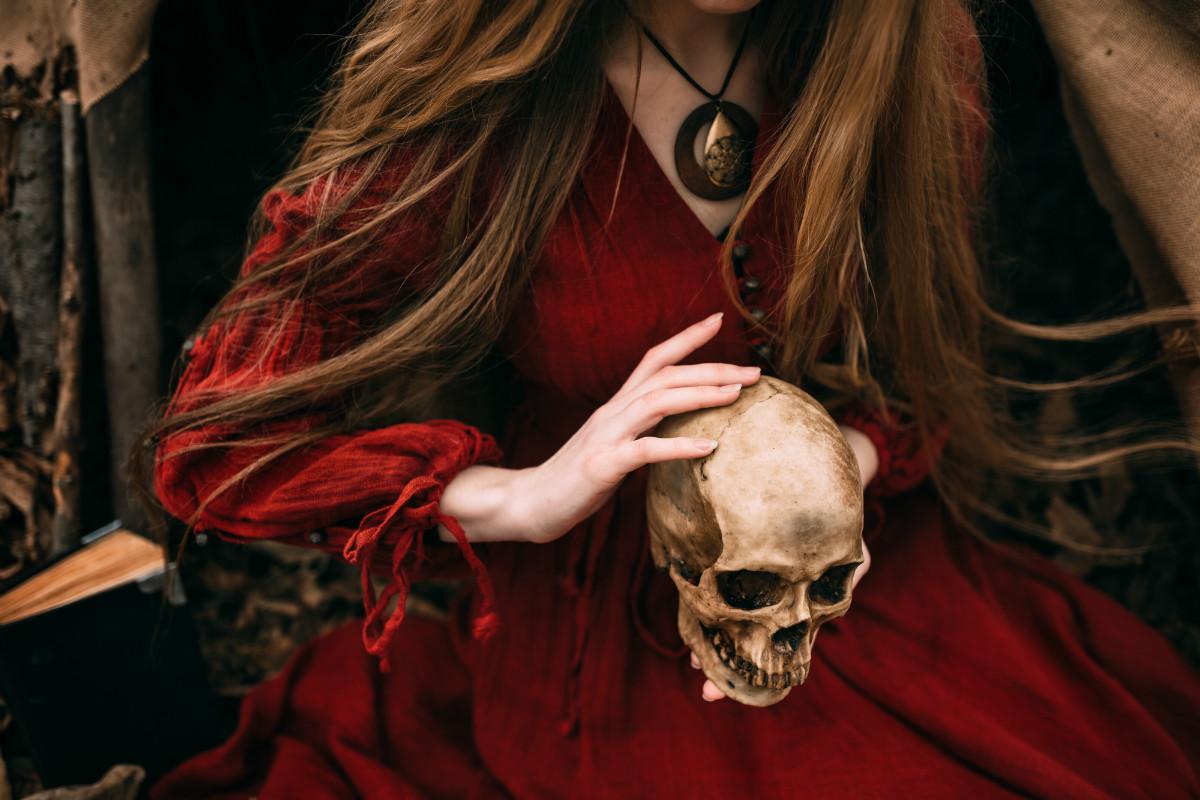 Čarodějka šamanka s lebkou svých předků