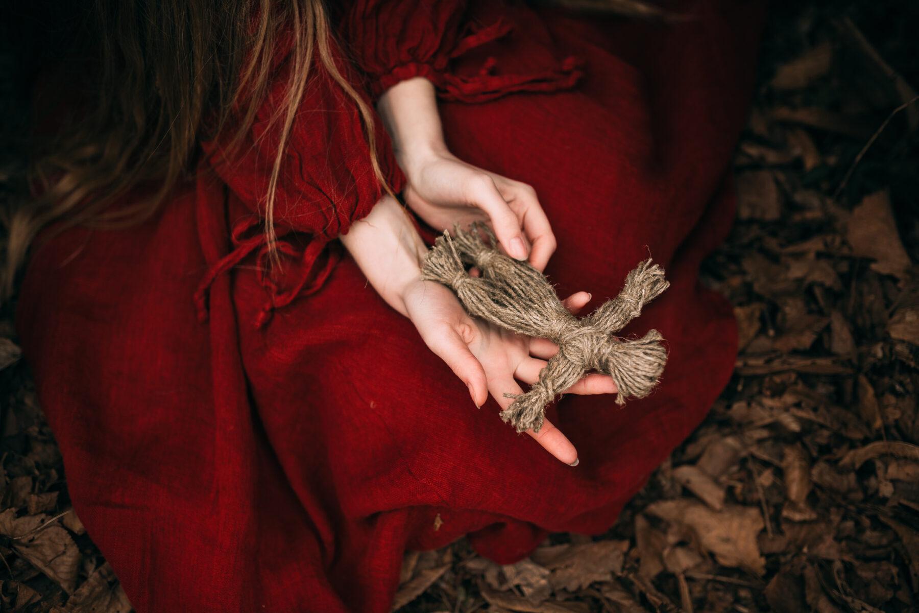 čarodějnice v lese s magickou panenkou