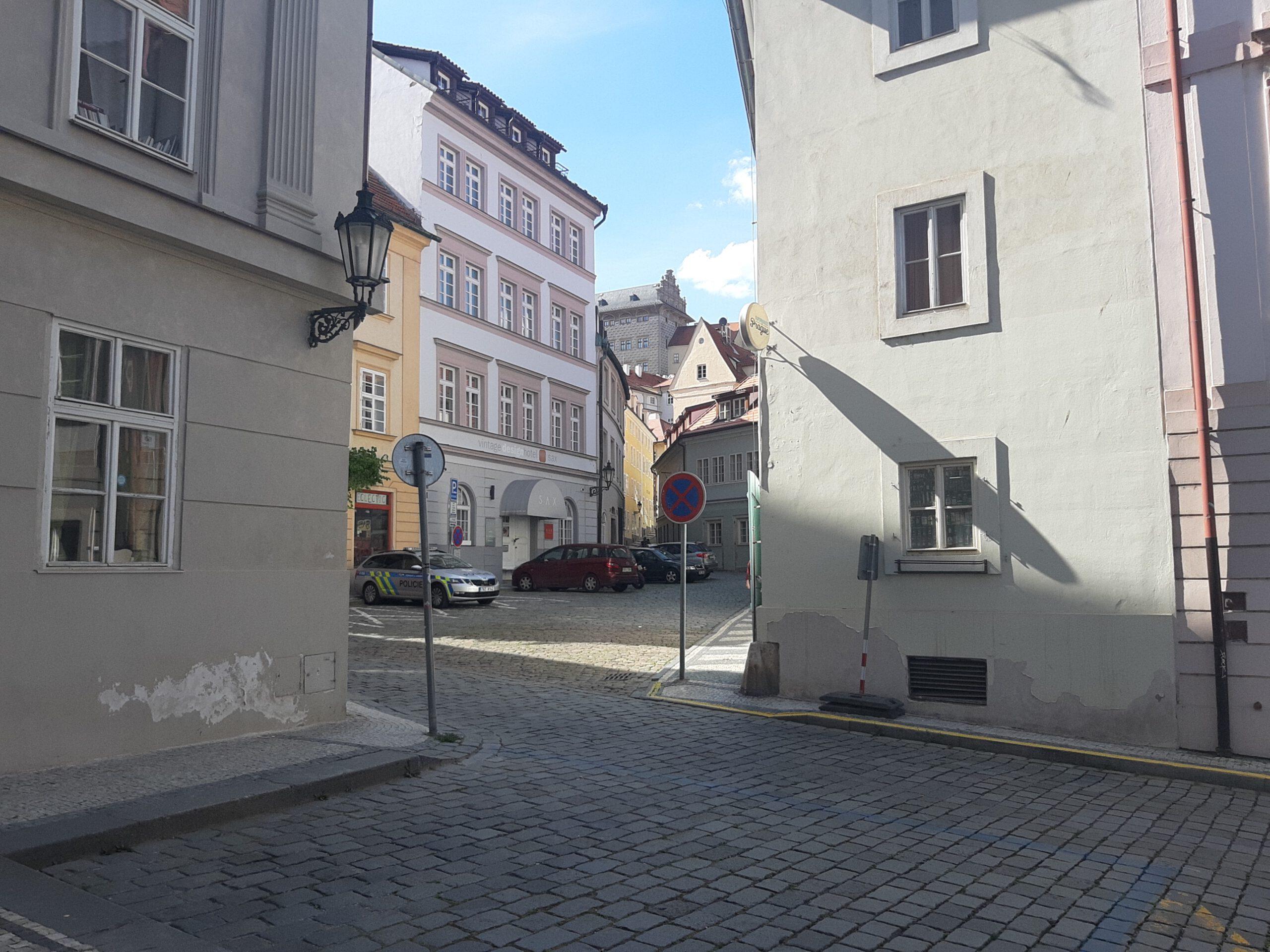 Pohled na okolí studia, ulička vedoucí k Pražskému hradu
